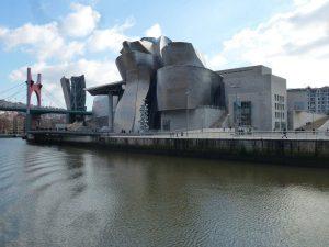 Vistas del Museo del Guggenheim y de la ría de Bilbao.