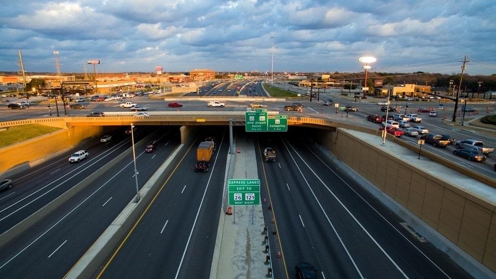 amanecer en la autopista north tarrant express en Texas por Ferrovial
