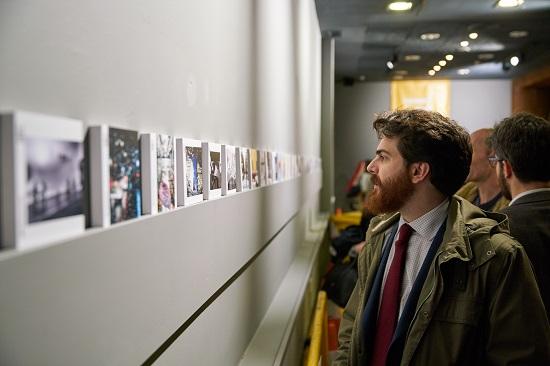 Mirando los finalistas en la exposición