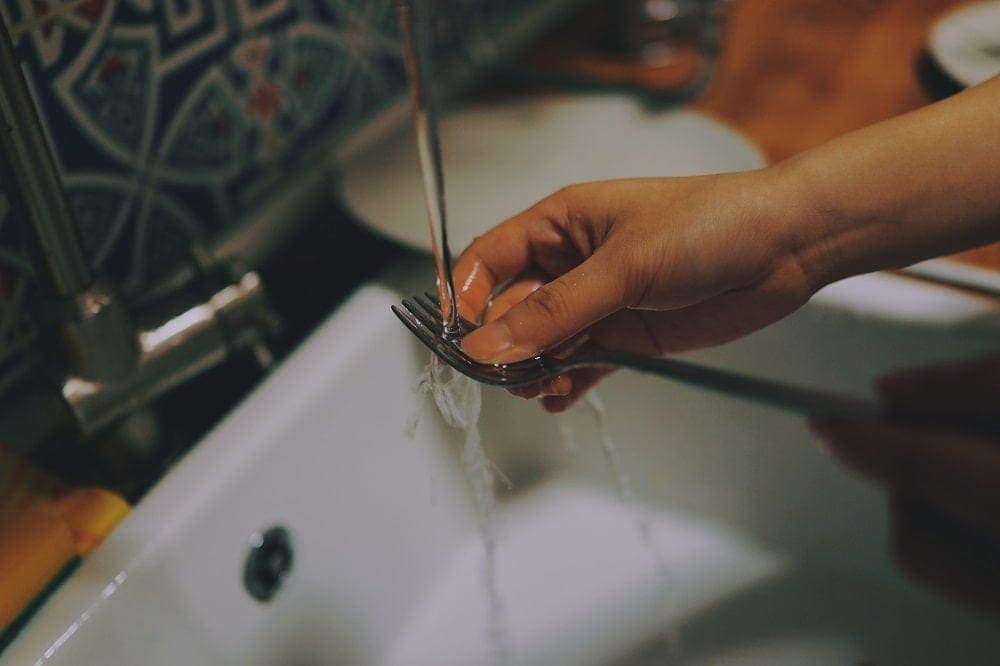 Dia mundial del agua- fregando platos