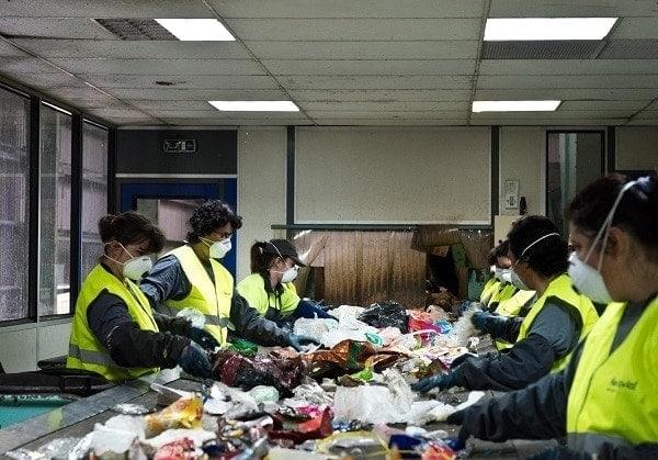 reciclaje de plastico- la plantilla del fabrica