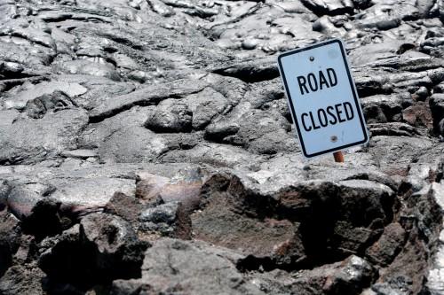 Volcanes Hawaianos road closed sign