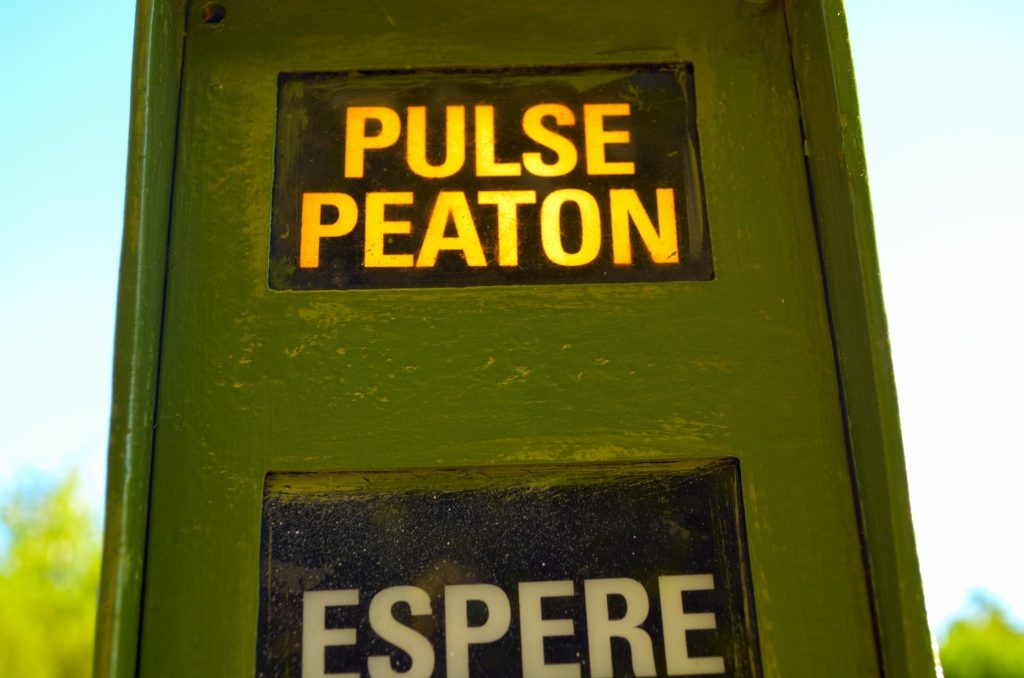 señal espera peatón pulsar