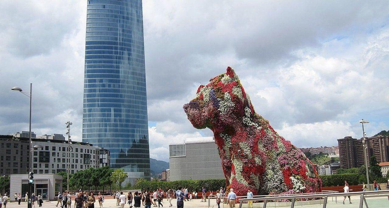 jeff koons flower dog sculpture