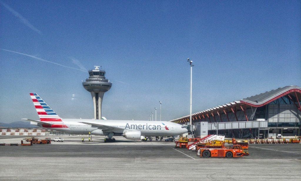 avión en pista de vuelo aeropuerto