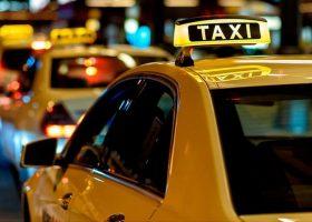 cola-de-taxis-esperando-por-clientes