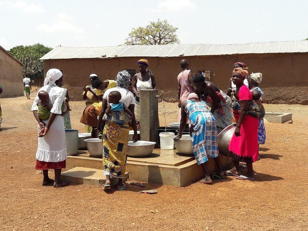 Mujeres cogiendo agua de uno de los grifos instalados