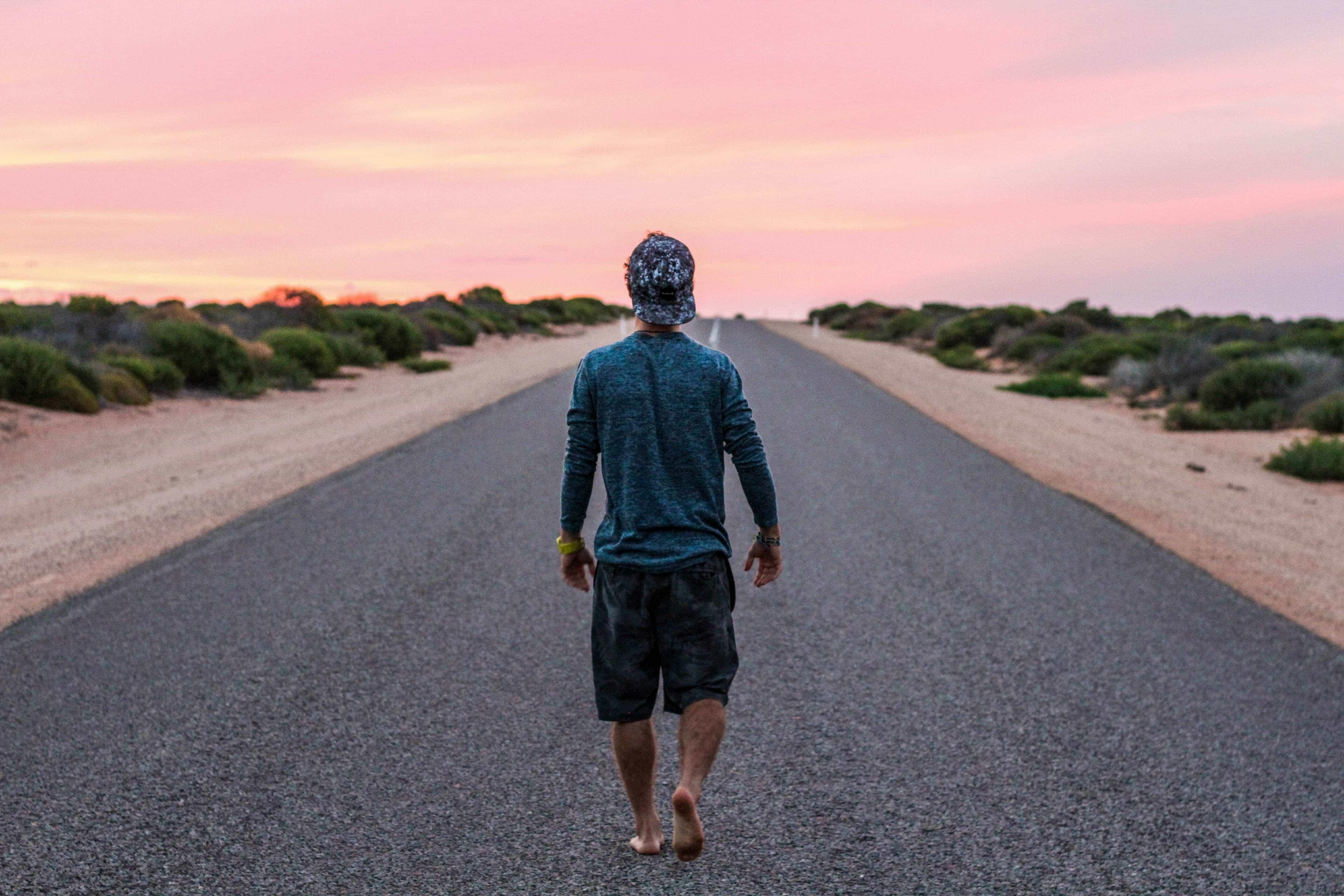 Imagen de un joven caminando simula oportunidades laborales, vitales