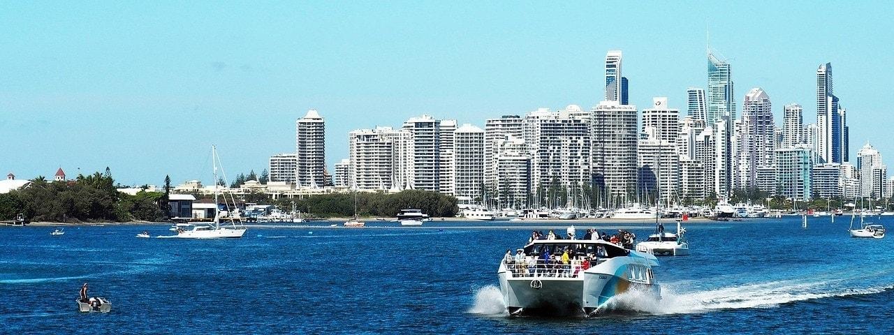 Imagen de la Costa Dorada australiana, mezcla de mar, playa y oficinas