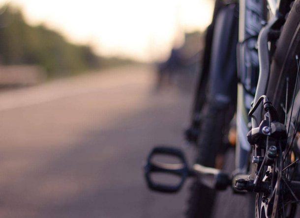 Imagen de una bicicleta circulando por carretera