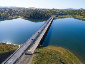 autopista sobre un lago