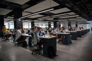 muchos trabajadores en unas oficinas