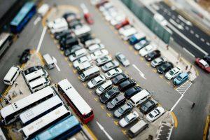 aparcamientos llenos y gente buscando dónde aparcar