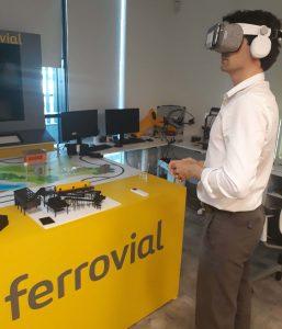 hombre usando gafas de realidad virtual en las instalaciones de Ferrovial