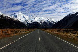 carretera con paisaje de montañas nevadas