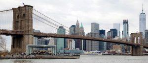 Puente de Brooklyn con los rascacielos de la isla de Manhattan detrás