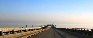 Vista desde el puente sobre las aguas del lago Pontchartrain, en Luisiana, Estados Unidos