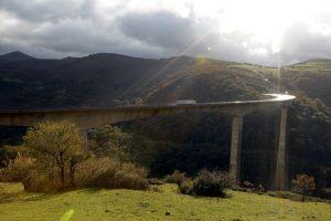Viaducto de Montabliz, cuya pila central es la más alta de España con 130 metros