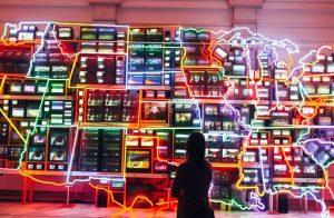 Televisiones con luces de neón