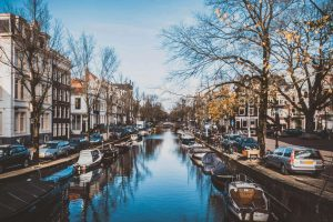 El casco antiguo de Ámsterdam se levanta sobre 11 millones de pilotes de madera.