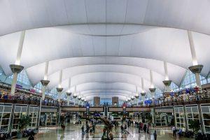 Interior del aeropuerto internacional de Denver