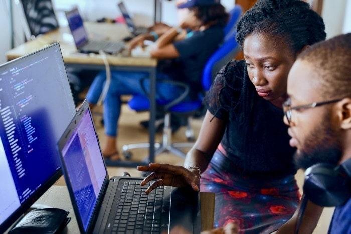 Gente mujeres y hombre trabajando con ordenadores