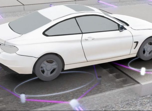 Infografía de coche adaptado a carreteras inteligentes