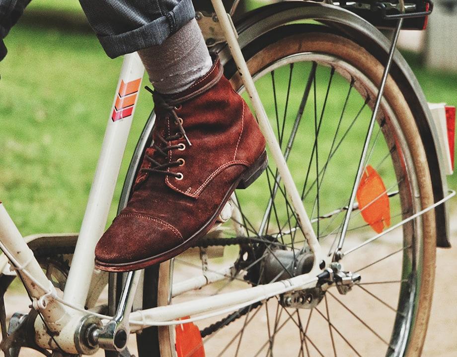 pedaleando una bicicleta