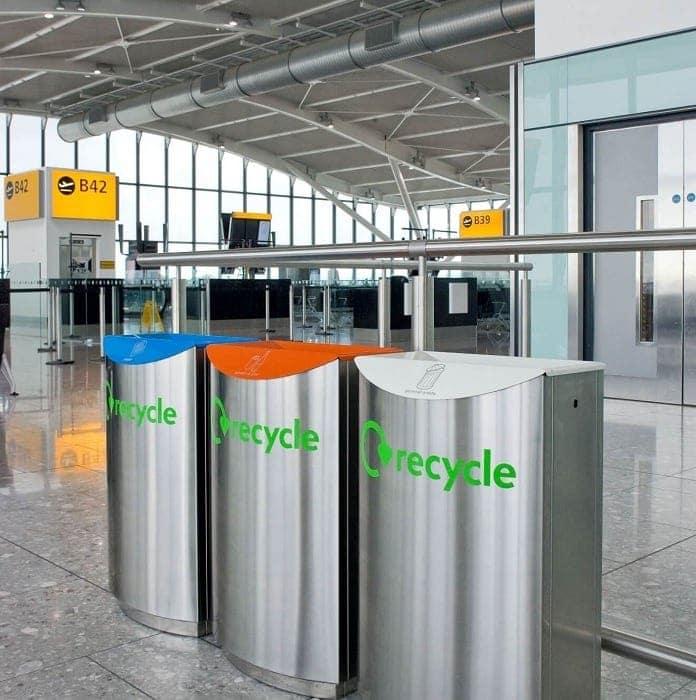 Imagen de tres contenedores de reciclaje en un aeropuerto