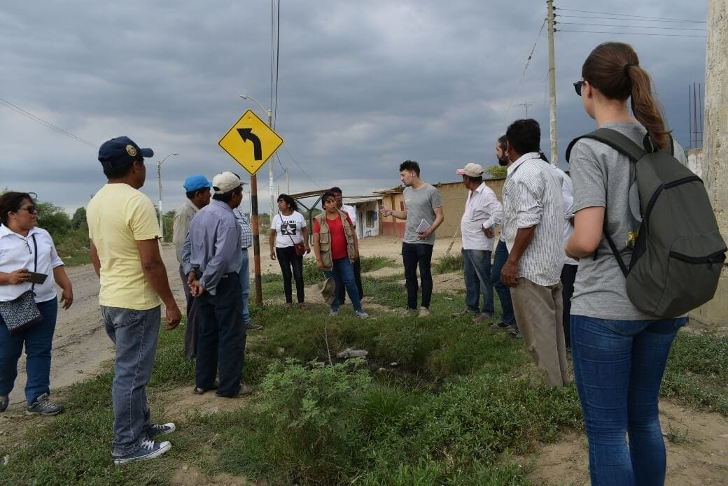 Image of the group of volunteers from Ferrovial and local people, analyzing the area
