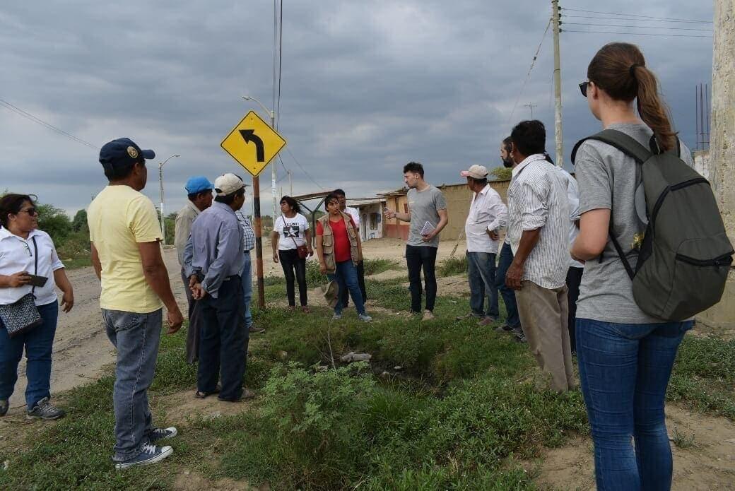 Imagen del grupo de Ferrovial y locales, analizando la zona