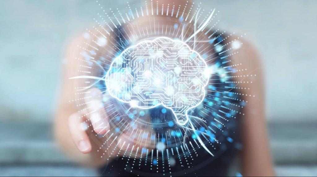 Una chica acerca el dedo a lo que parece un holograma de un cerebro digitlizado
