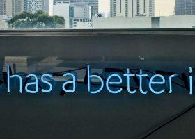 Imagen en la que se lee Data has better idea en neón azul y el skyline de una ciudad al fondo