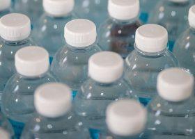Imagen con un monton de botellas de agua de plástico