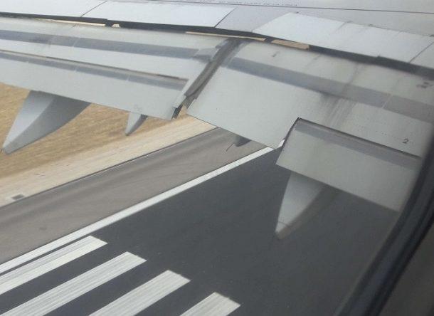 Imagen del ala de un avión y la pista vistas desde la ventanilla