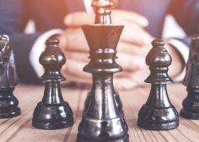 Fichas de ajedrez colocadas en orden jerárquico