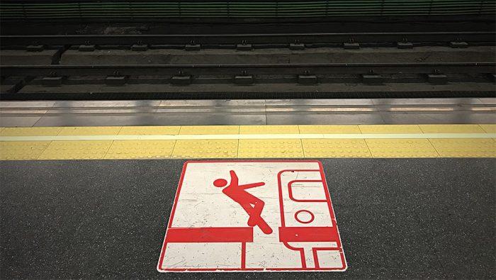 Foto de una seccion de pavimento podotactil que marca el final del anden