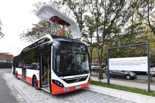 Autobús eléctrico cargando en la parada.
