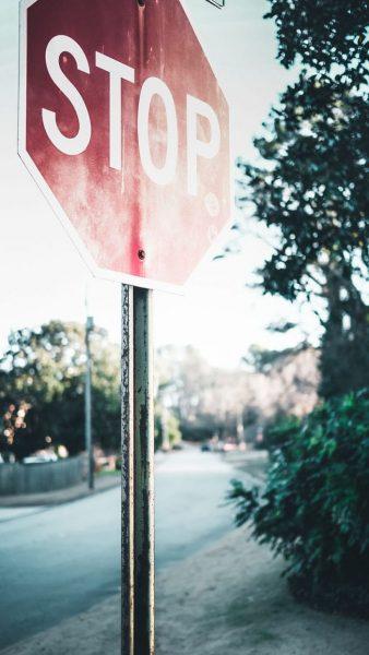 Foto de una señal de STOP en una calle sin trafico