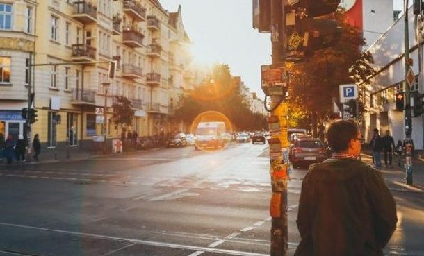 Imagen de peatones esperando para cruzar una calle