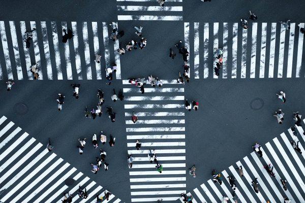 Imagen aérea de un cruce de pasos de cebra y peatones cruzando