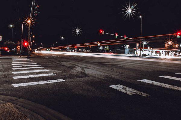 Imagen de un cruce de carreteras de noche
