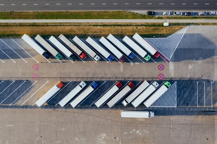 vista aérea de camiones transporte mercancías