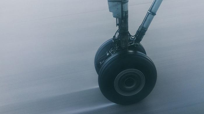 Rueda de un dron en pista de aterrizaje