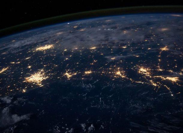 Imagen nocturna con luces nocturnas en la Tierra desde satélite