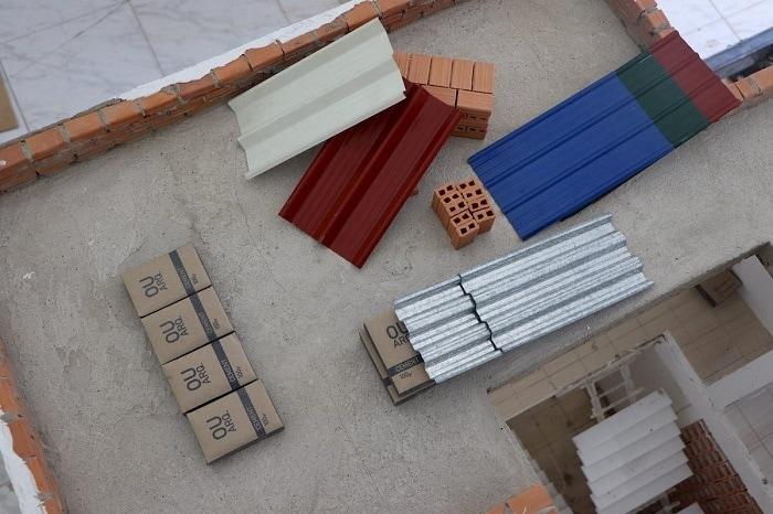 Materiales minúsculos de una recreación de una casa real en miniatura