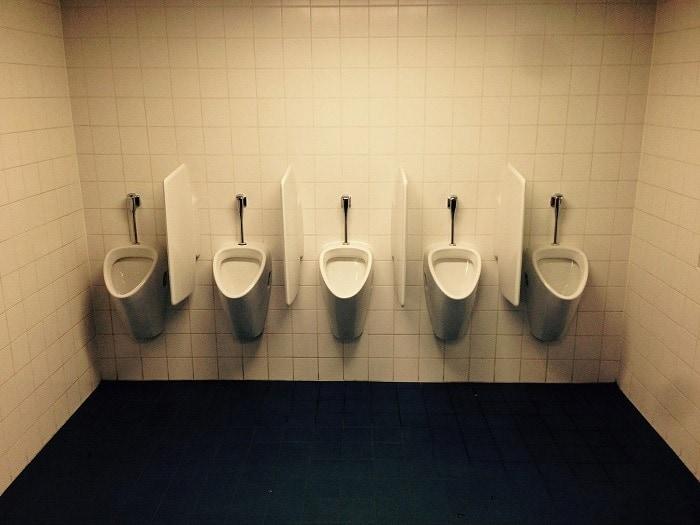 Fila de urinarios públicos para hombres