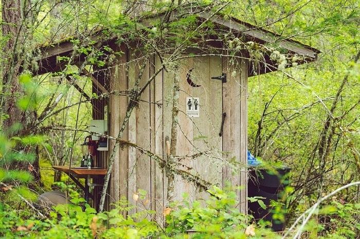 Urinario público en la selva