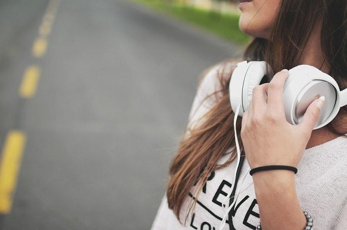 chica escuchando musica con cascos