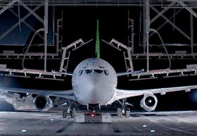 avión estacionado en un hangar
